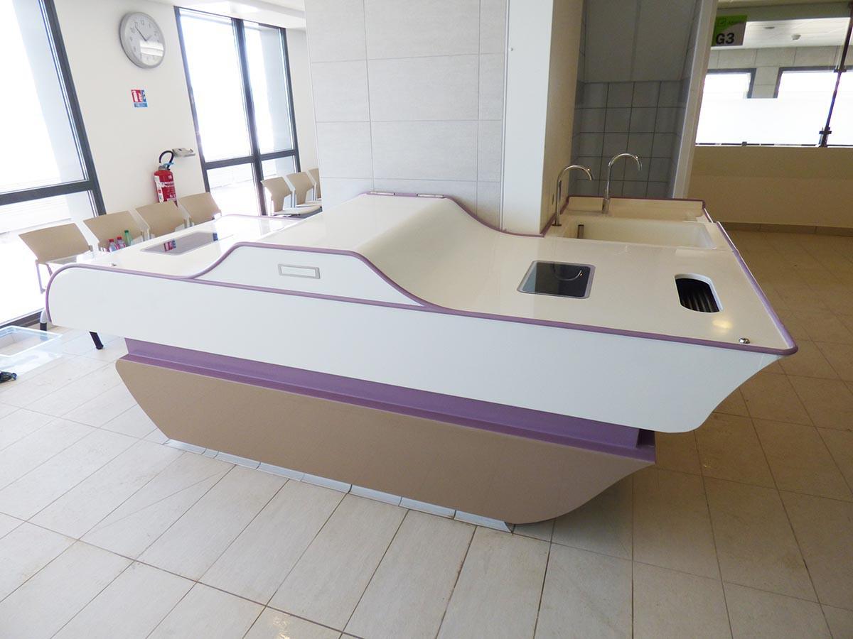 Mueble que incorpora una unidad de imbibición y exprimido de compresas – flebología